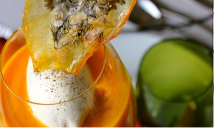 Capuccino carottes oranges, chips transparente aux herbes aromatiques